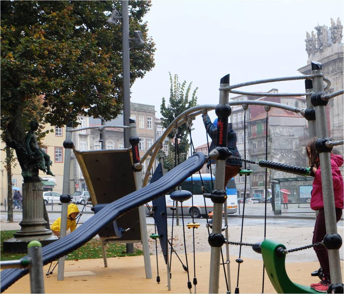 Mais qui sont ces enfants qui jouent au square sous la pluie (fine) au pied de la Torre dos Clerigos de Porto ?! Ah oui ce sont les miens !