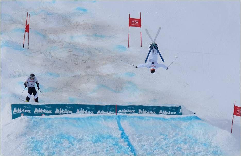Admirer les sauts incroyables pendant la Coupe d'Europe de ski de bosses