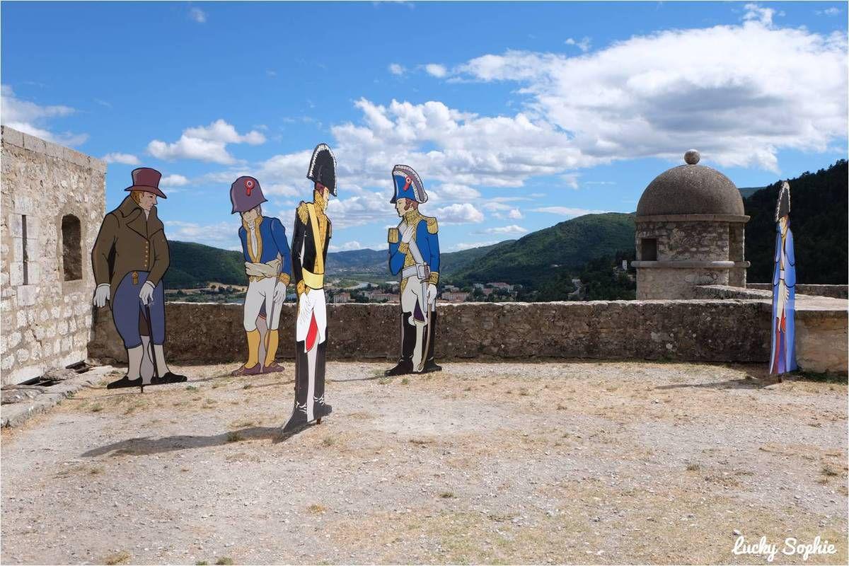 Les silhouettes évoquent la longue histoire du lieu et notamment, comment Napoléon est passé par là sans encombre à son retour de l'île d'Elbe.