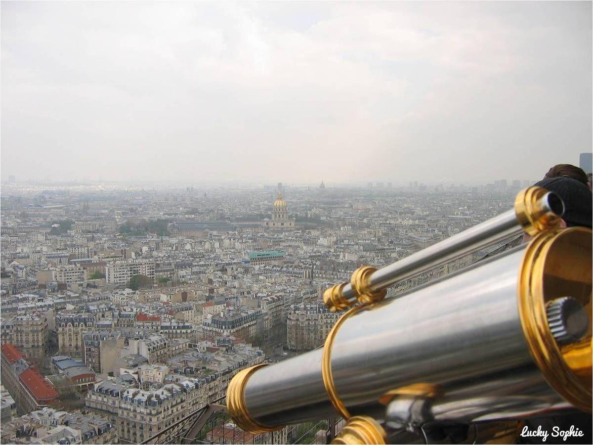 Admirer Paris depuis la Tour Eiffel