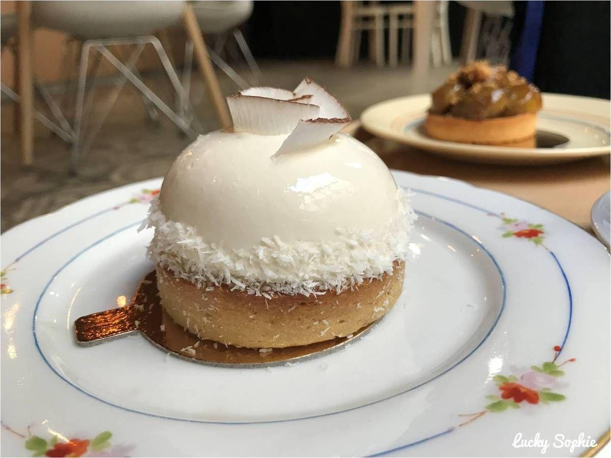 Celle-ci répondant au doux nom de Jeannette est une tarte sucrée avec gelée passion, mangue au rhum, mousse noix de coco-citron vert et guimauve noix de coco. A tomber !