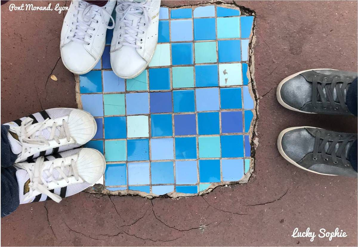 Un flacking d'Ememem : du carrelage pour réparer les trous des trottoirs, le street-art qui nous fait sourire !