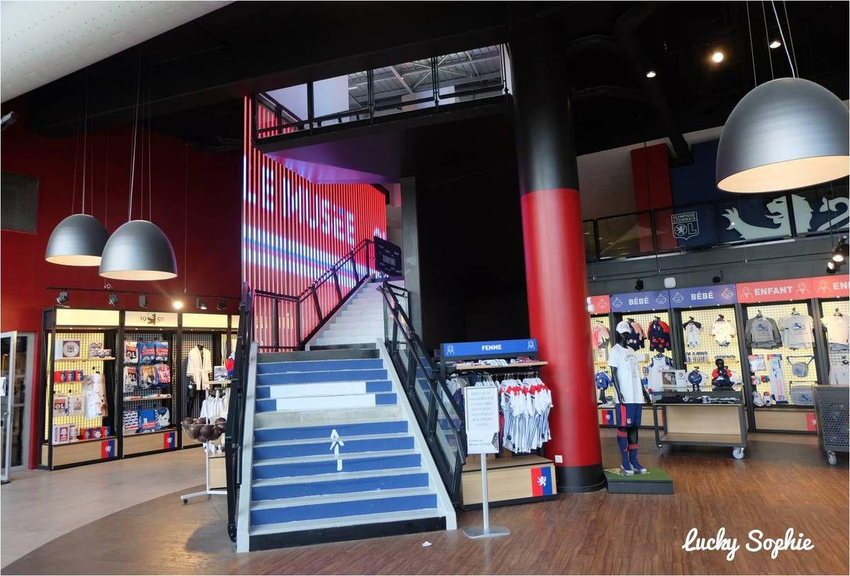 L'entrée du musée est à l'étage à gauche de la boutique OL Store.