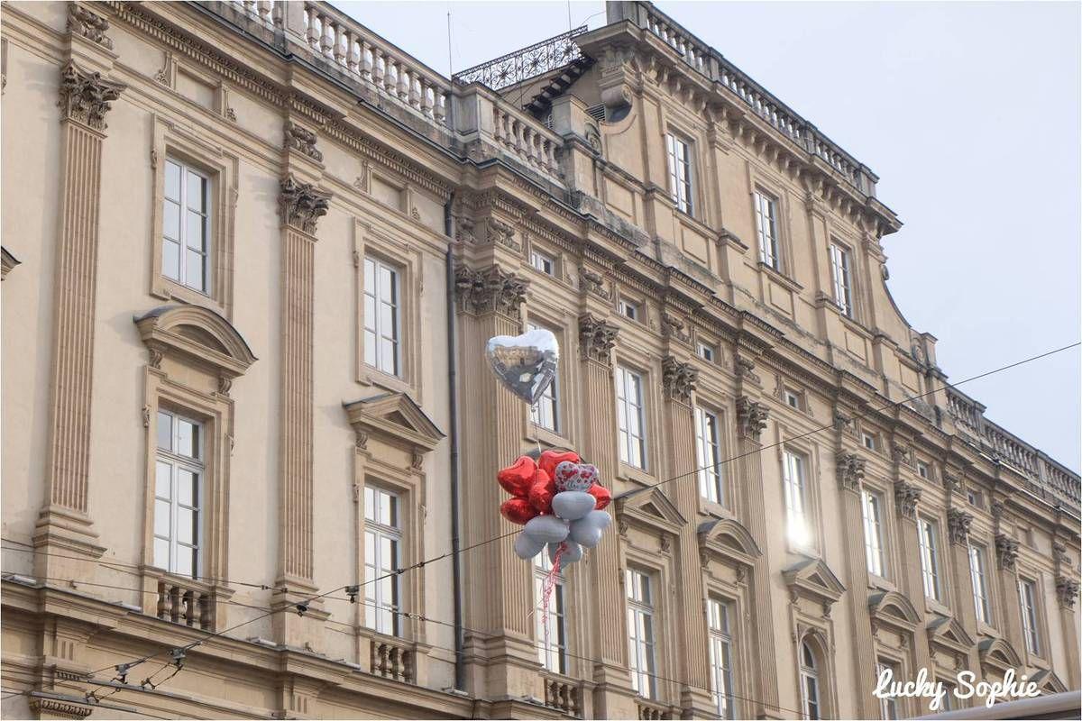 Le Musée des Beaux-arts de Lyon sur la place des Terreaux avec les ballons coeurs !
