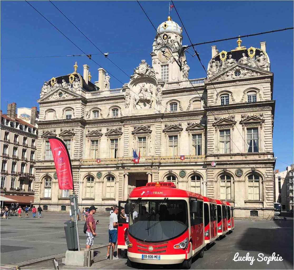 Départ du Lyon City Tram sur la place des Terreaux, face à l'Hôtel de Ville et au Musée des Beaux-Arts.