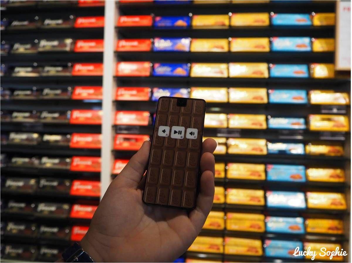 C'est parti pour la visite avec cet audioguide chocolaté ! (et oui c'est bien un mur de tablettes de chocolat qui se trouve derrière !)
