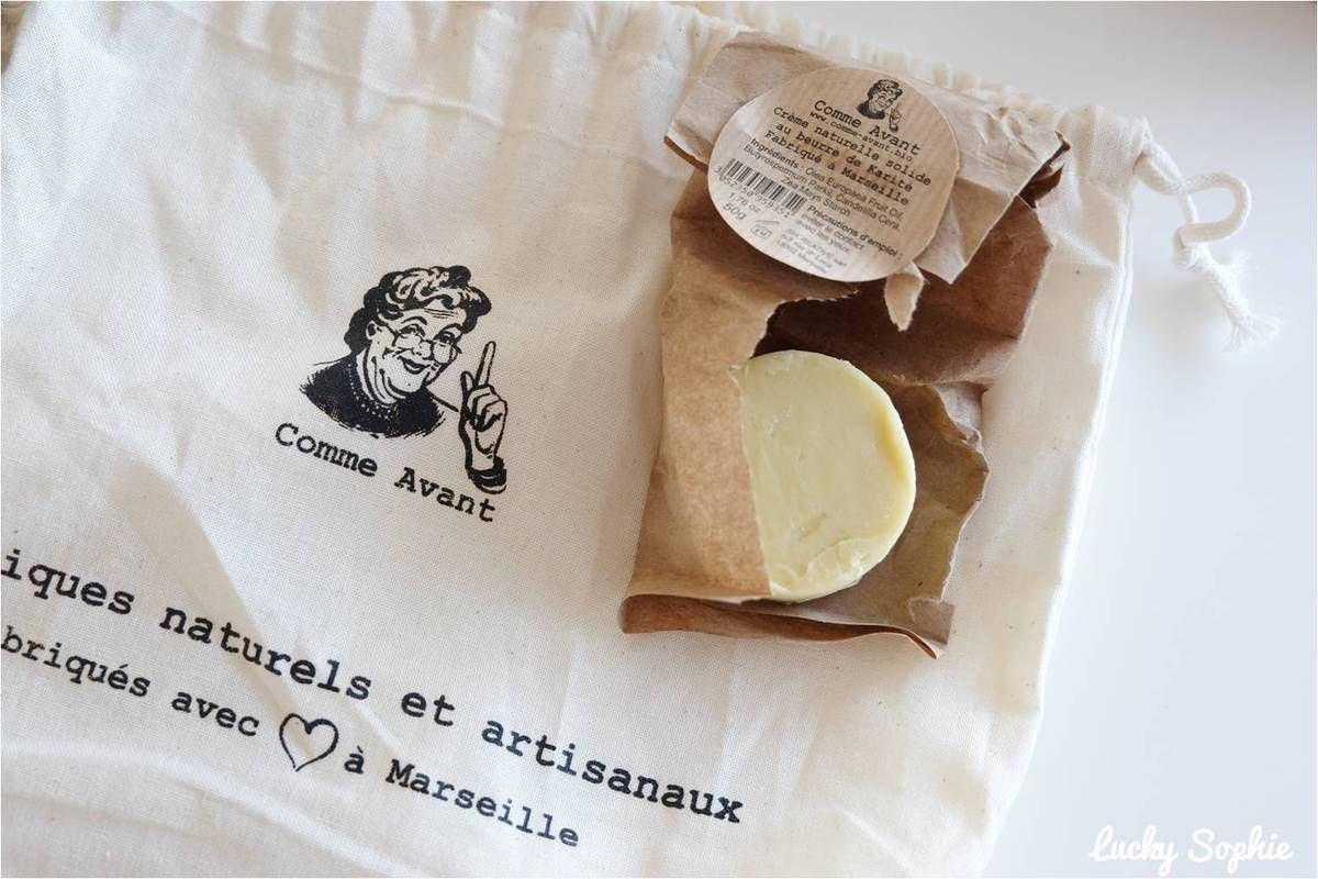 La crème au beurre de karité se présente sous forme solide.