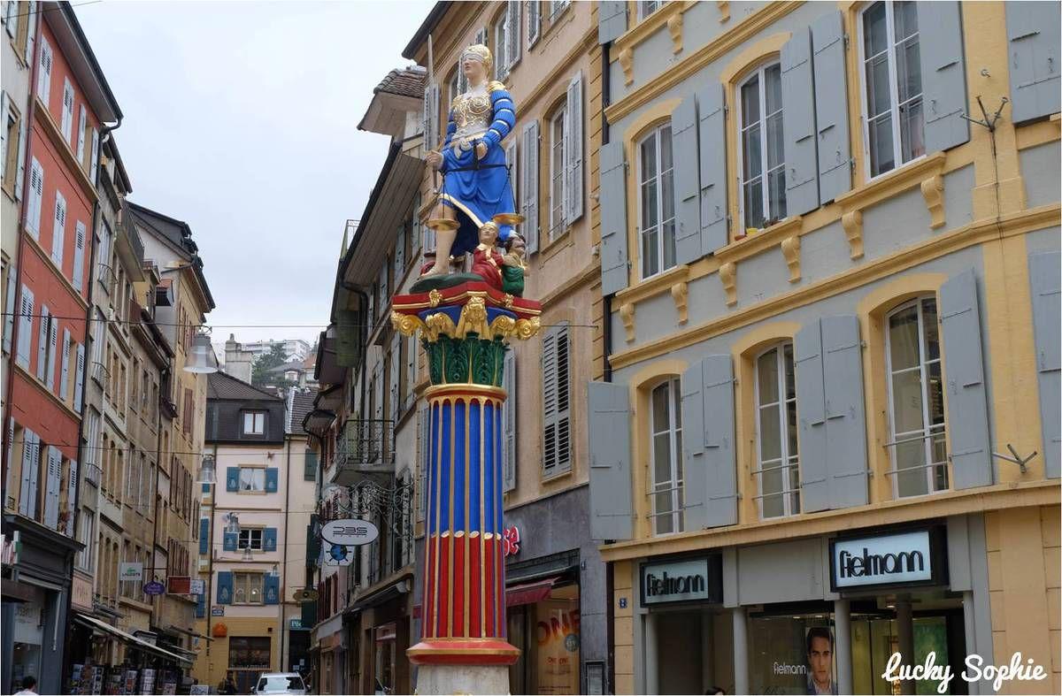 A Neuchâtel, on croise de belles fontaines surmontées de statues colorées, ici la Fontaine de la Justice.