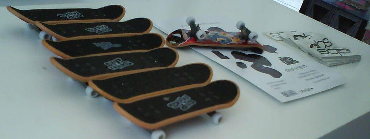 un petit conseil, échauffe tes doigts  avant de te mesurer au méga skate park pour mini skates !