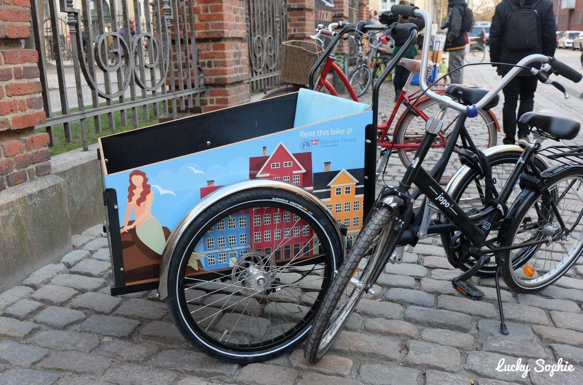"""Copenhague est au moins autant qu'Amsterdam, sinon plus, la ville des vélos. La taille des parking à vélos est juste démesurée ! Une prochaine fois, c'est sûr, on louera des vélos pour profiter de toutes ces """"autoroutes"""" cyclables!"""