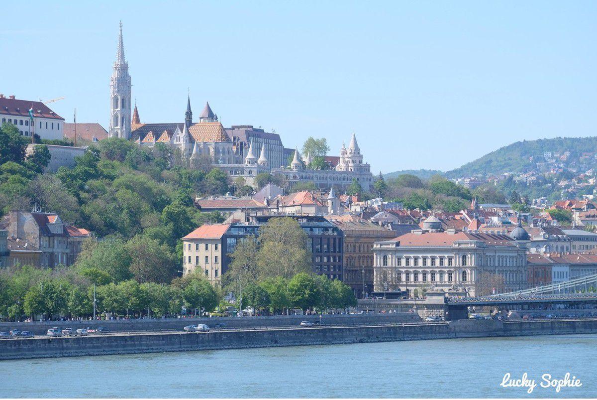 L'église Mathias et le bastion des pêcheurs vus depuis le fleuve.
