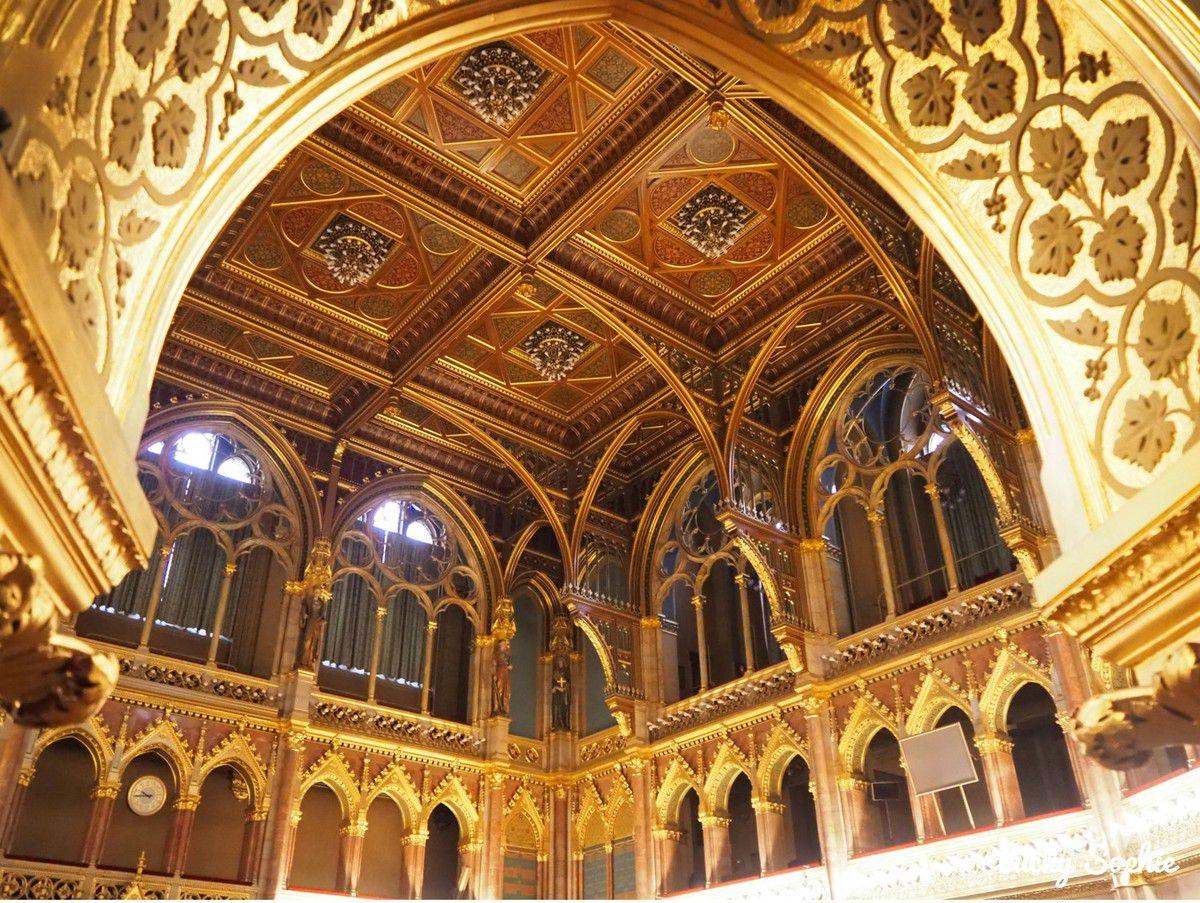 Un bâtiment richement décoré d'or