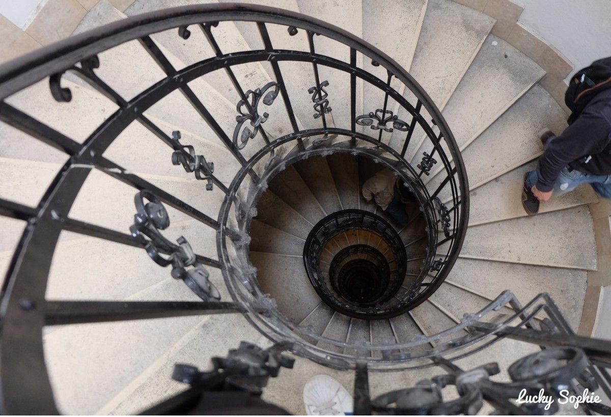 L'escalier qui mène au toit de la basilique Saint-Etienne.