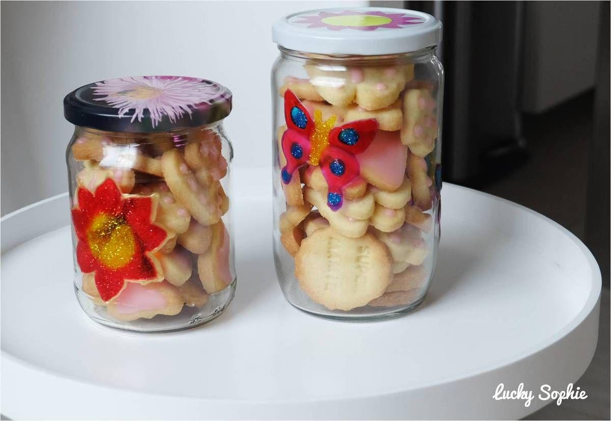 Offrir ses gâteaux maison dans des bocaux en verre décorés à la peinture repositionnable.