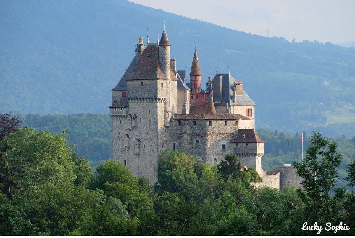 Le château de Menthon Saint-Bernard aux allures de contes de fées : il aurait en partie influencé Walt Disney pour son château de la Belle au bois dormant !