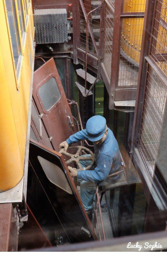 Notre chauffeur d'ascenseur ! (une statue)