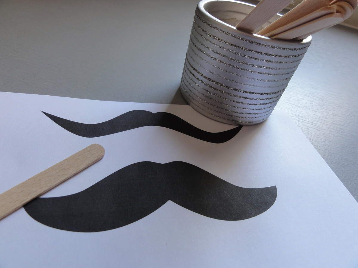 Que faire avec des bâtonnets de glace ? Un Photo Booth à moustaches ! DIY