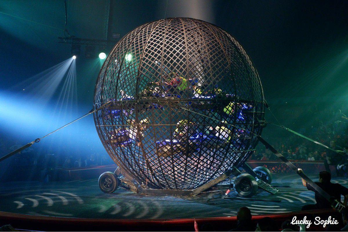 L'impressionnant numéro de la cage aux motos : 8 qui évoluent en même temps !