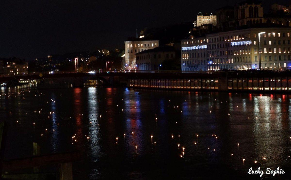 Magnifique 8 décembre avec la rivière de lumières, 20 000 petits bateaux lumignons lâchés sur la Saône ! Juste magique !