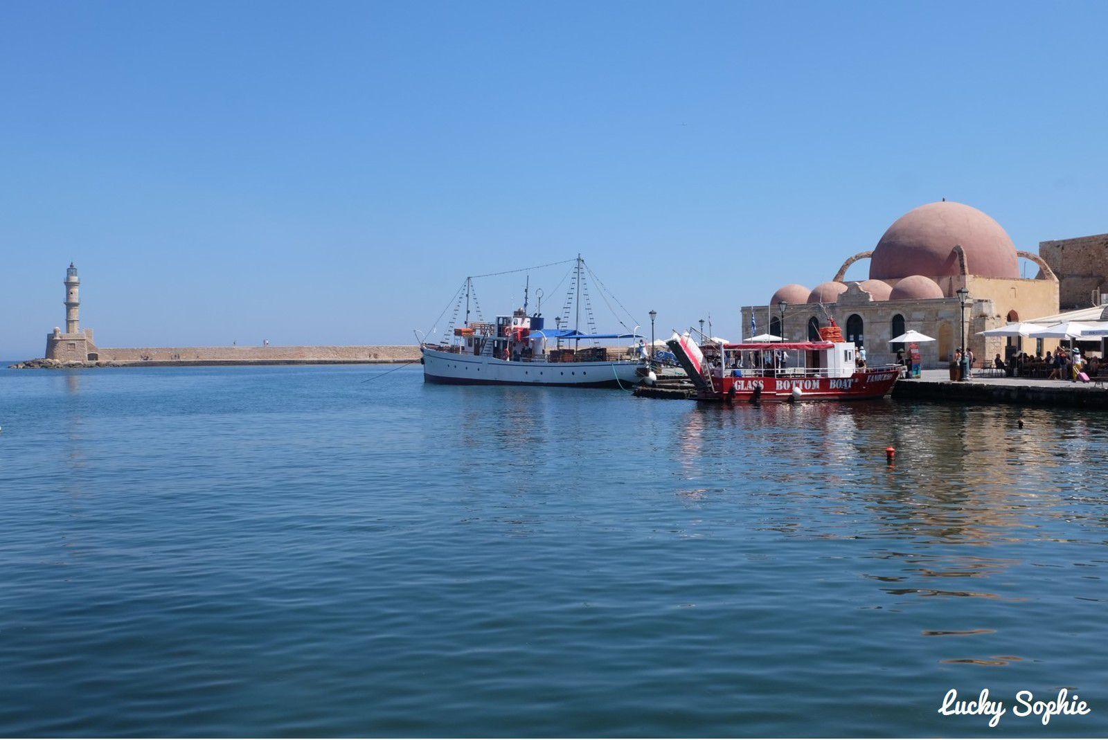 La mosquée des Janissaires, aux dômes rose pâle, est la plus ancienne mosquée de la Crête. Elle est aujourd'hui fermée au culte et abrite des expositions.