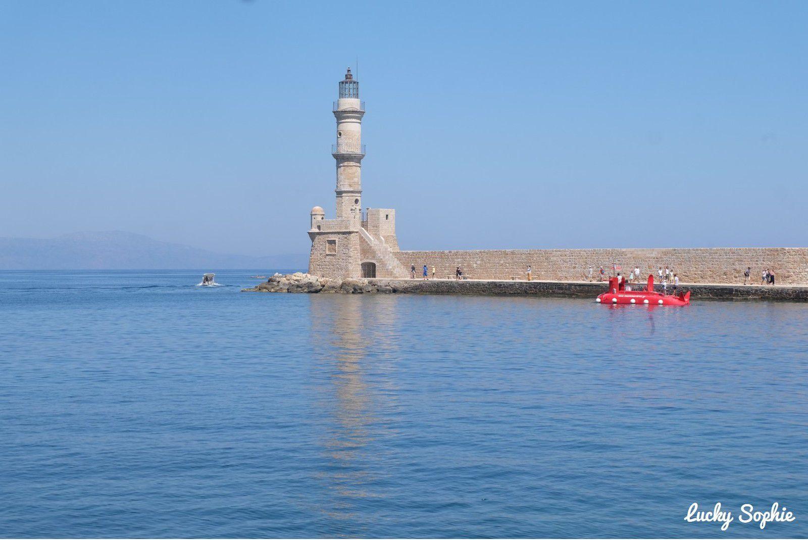 A l'entrée du port, le phare du XVIe siècle avec des influences vénitiennes, égyptiennes et ottomanes.