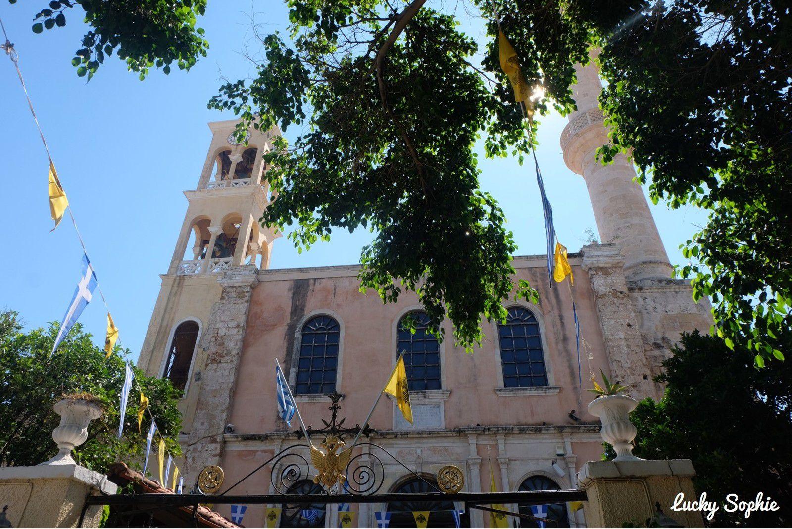 L'église Agios Nikolaos avec son clocher et son minaret raconte l'histoire de la ville. Bâtie au XIVe par les Vénitiens, elle est convertie en mosquée lorsque les Ottomans arrivent et construisent le minaret. Au début du 20e siècle, elle devient une église orthodoxe.