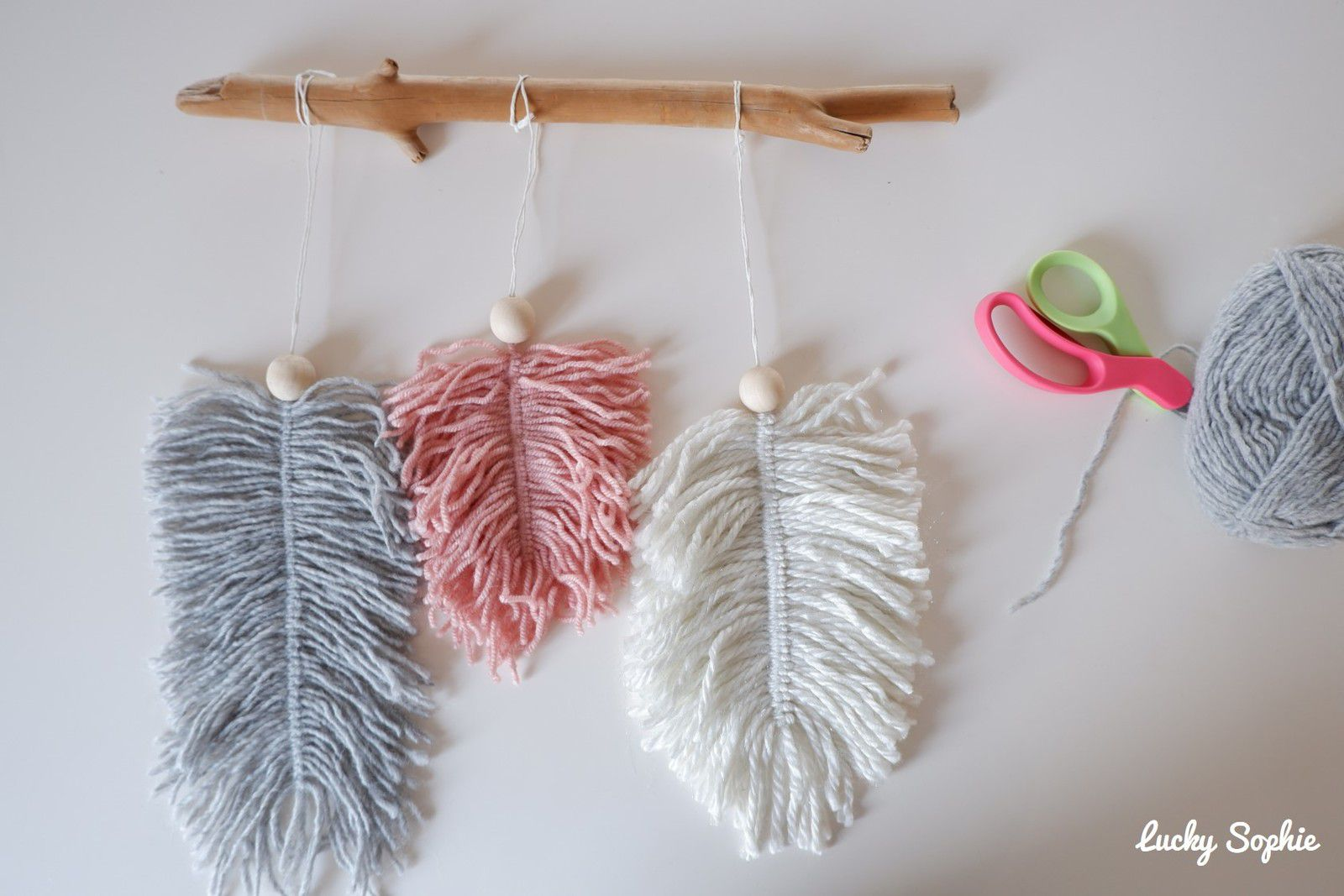 Suspension déco plumes en laine DIY