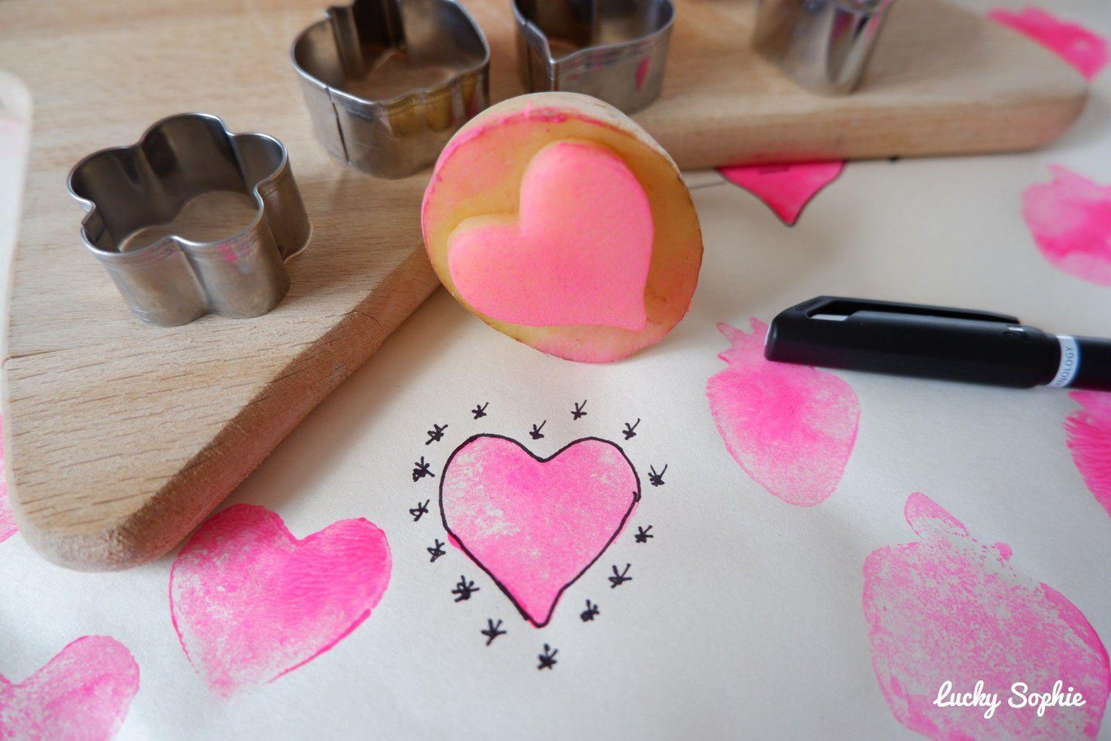 Créer son papier cadeau avec les tampons pommes de terre