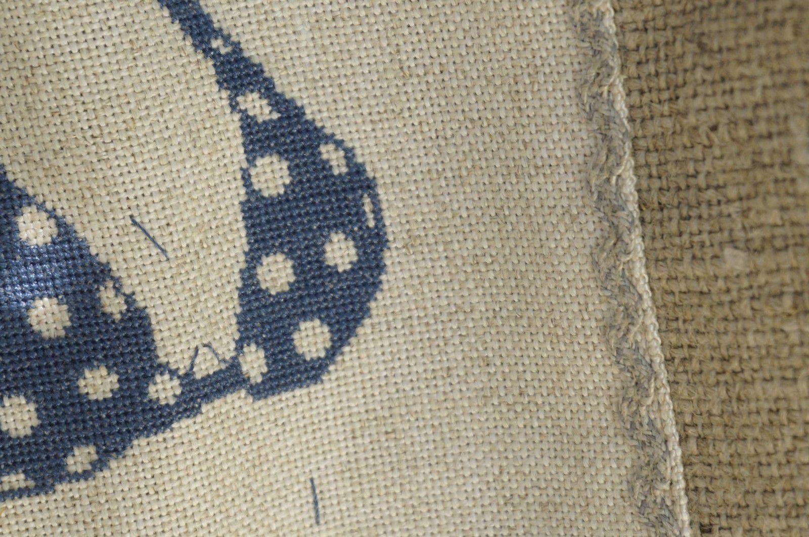 Doublé à l'intérieur d'un tissu blanc à étoile bleue, j'ai cousu une petite pochette et j'ai rajouté un croquet lin autour de la broderie. Le sac est bien grand avec une belle largeur de 14 cm pour qu'elle puisse ranger serviette, maillot, lunettes et livre.