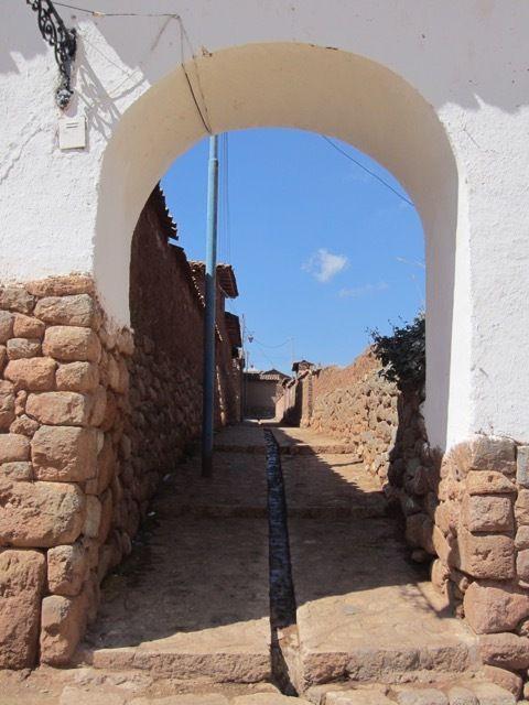 la place devant l'eglise. Notez les grandes niches aux côtés legerement obliques dans le mur inca