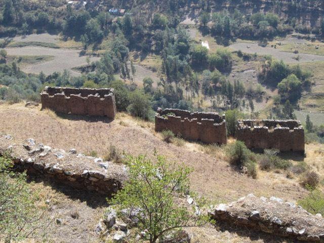 des 'greniers' en-dessous de Pumamarca