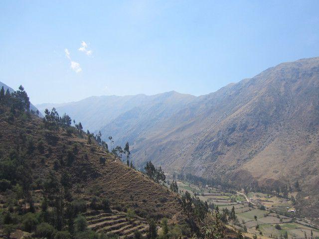 la vue depuis notre chemin. On peut voir des terrasses, ainsi qu'un autre chemin inca, sur le versant opposé