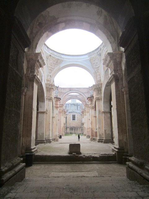 dans les ruines de la cathedrale