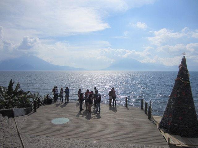 le lac Atitlan a Panajachel ; en arriere-plan des sommets volcaniques