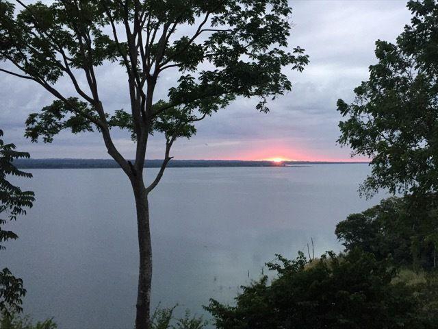 coucher de soleil sur le lac Peten Itza