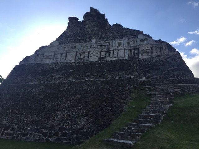 """sous le sommet de la pyramide, une (reconstitution de) """"fresque"""" Maya"""