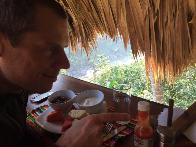 petit dejeuner paisible au-dessus de la riviere Macal