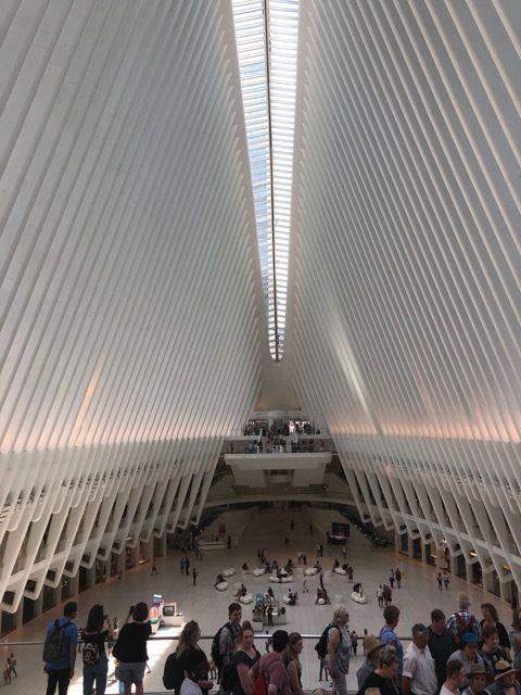 a l'interieur de The Oculus. Si j'ai bien compris il y a aussi un mall (centre commercial)
