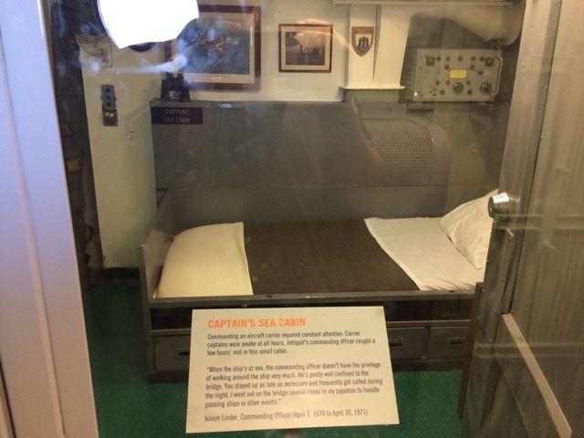 la cabine du capitaine, qui ne partage son lit et son bureau avec personne