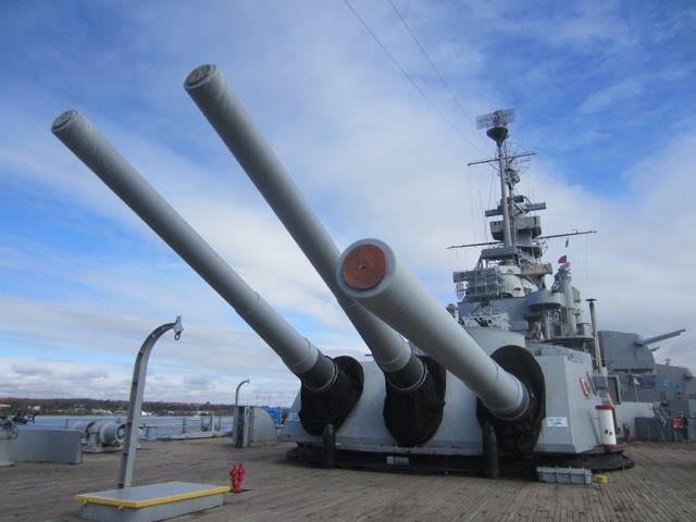 les trois tourelles pivotantes a trois canons de 16 pouces du USS Massachusetts