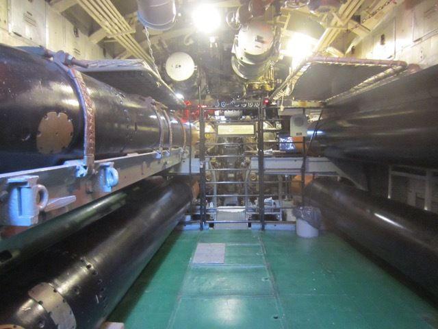 chambre des torpilles a l'avant du USS Lionfish. Remarquez les couchettes au-dessus des torpilles. Confort !