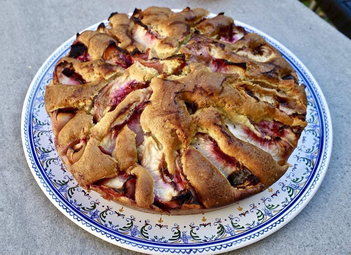 Gâteau dans son joli plat de faïence de Moustiers - Atelier du Soleil