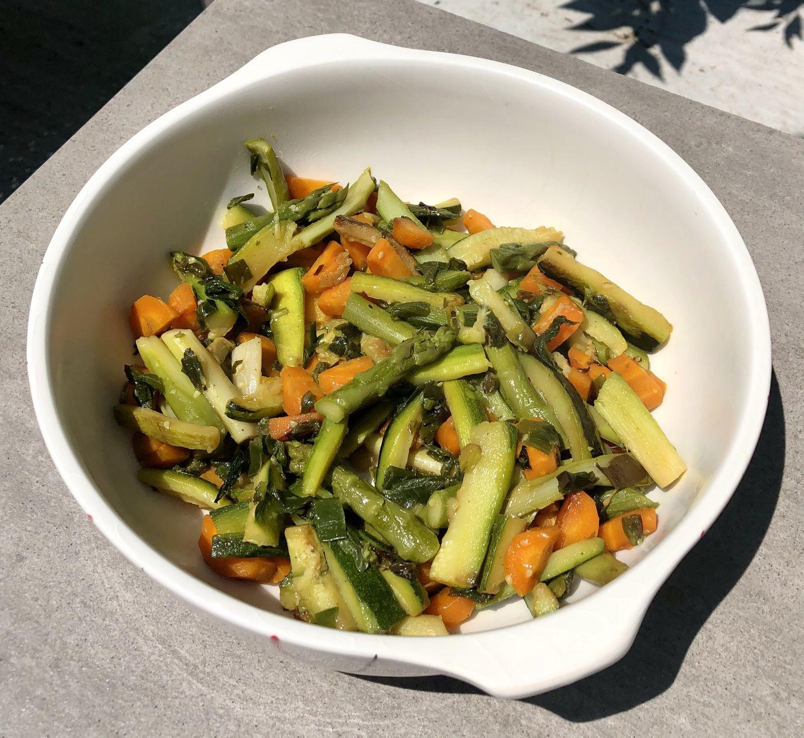 Wok de légumes - Carottes, courgettes, oignons et asperges