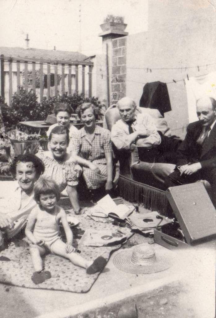 Ses amis, de gauche à droite : Marc Sterling, Zygmund Schreter, Pinchus Krémègne et leurs familles.