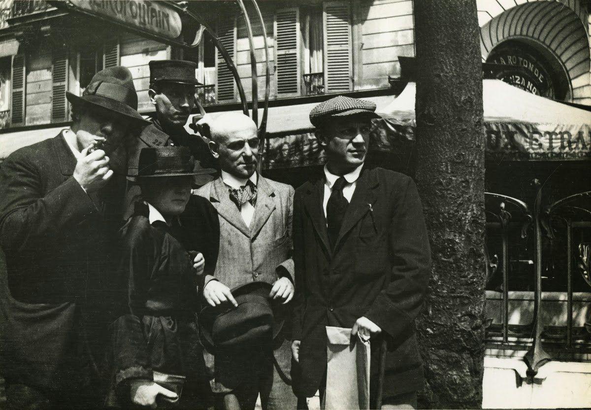Photo prise par Jean Cocteau, 1916 Devant la Rotonde à Montparnasse. de gauche à droite : Manuel Ortiz de Zarate, Paquerette (modèle chez Paul Poiret), Henri-Pierre Roché, Max Jacob et Pablo Picasso