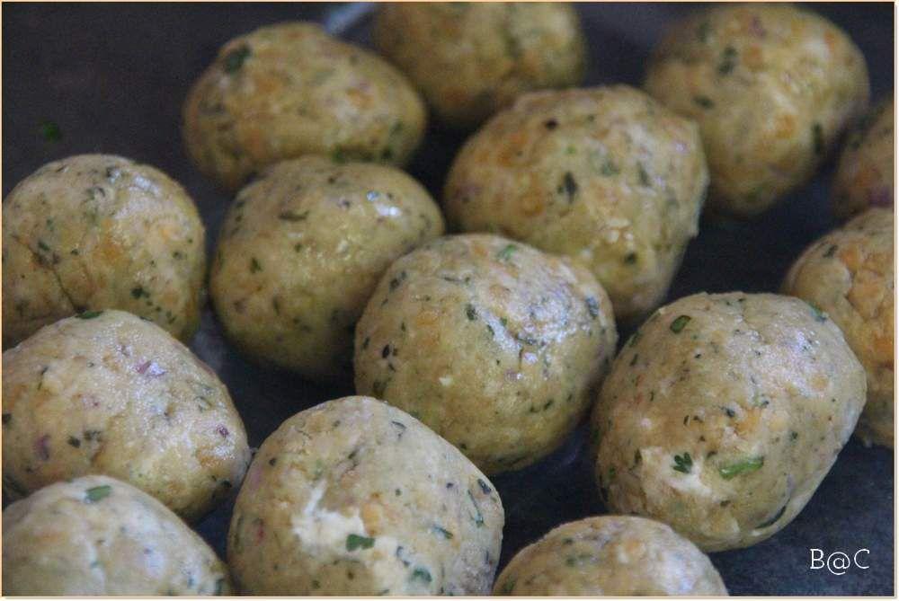 Boulettes de lentilles corail aux épices, sauce coco-cacahuète