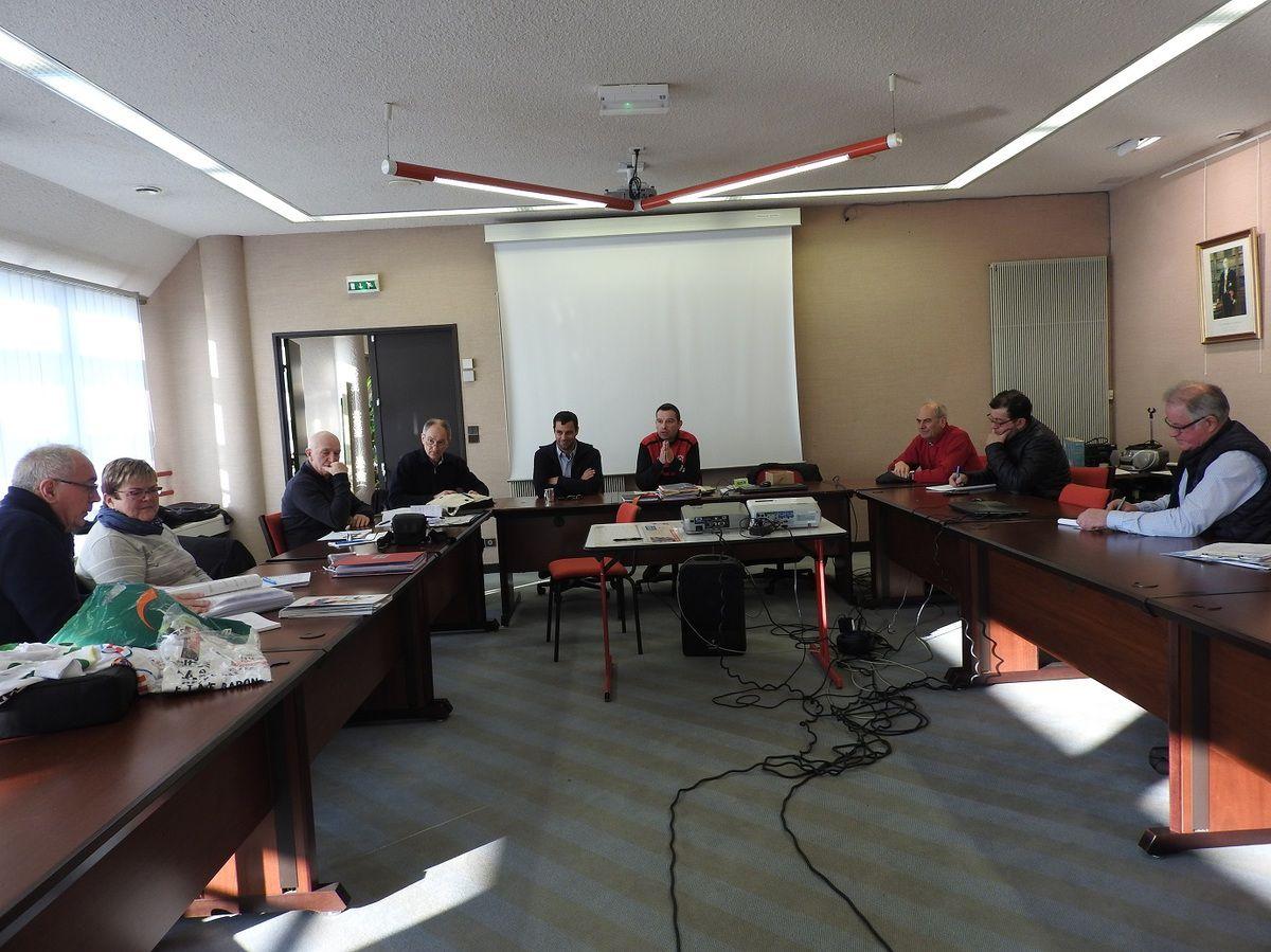 En présence de la présidente du Conseil d'administration et du coordinateur de l'Estivale Bretonne ; du responsable de l'étape de Loudéac ; du maire de Plémet...