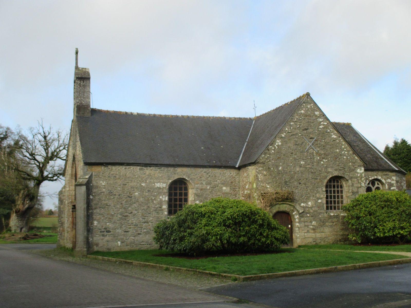 La chapelle et son vieux chêne.