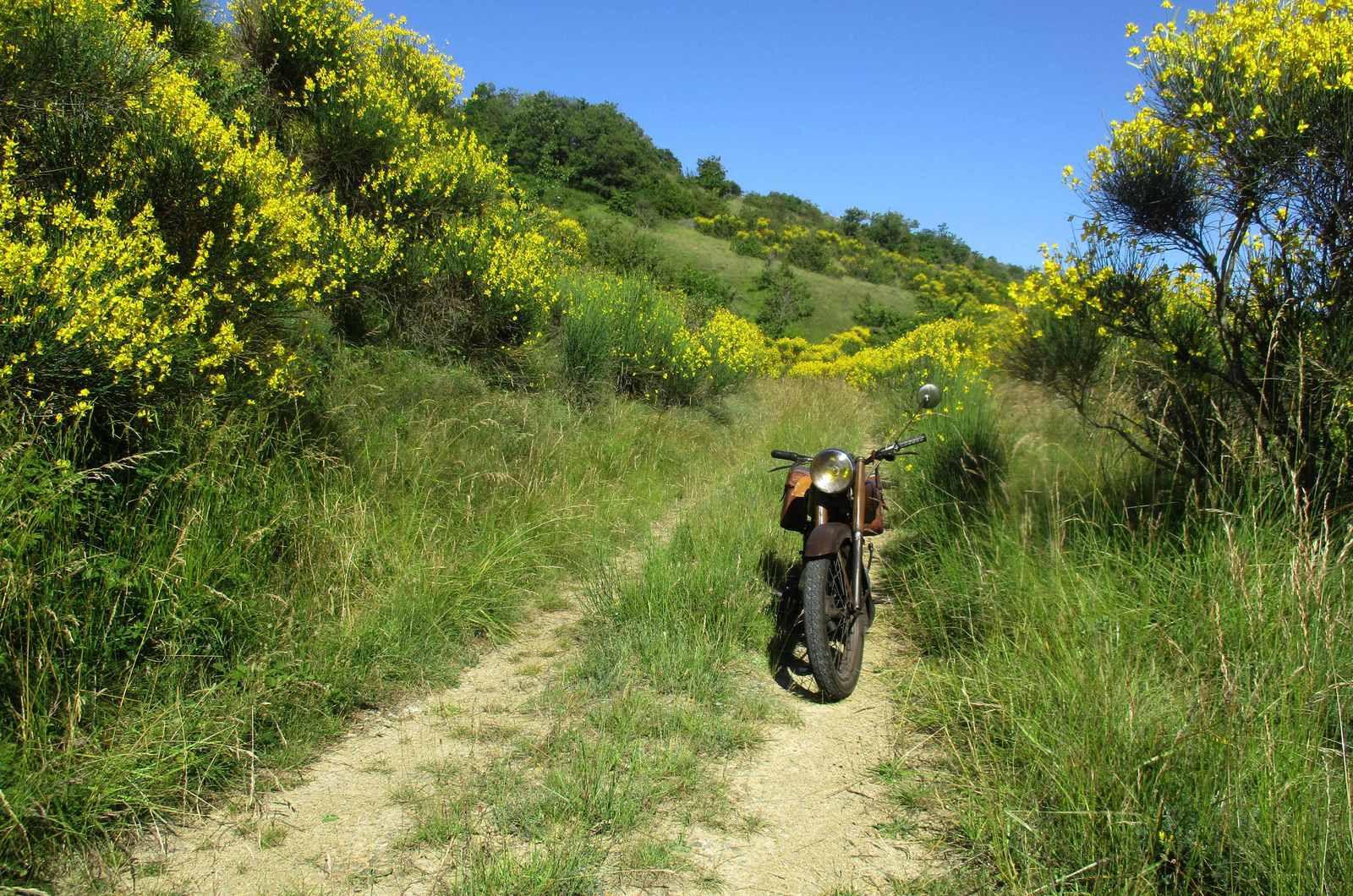 Il fait beau dans l'Aveyron ! Roulez vieilles motos !