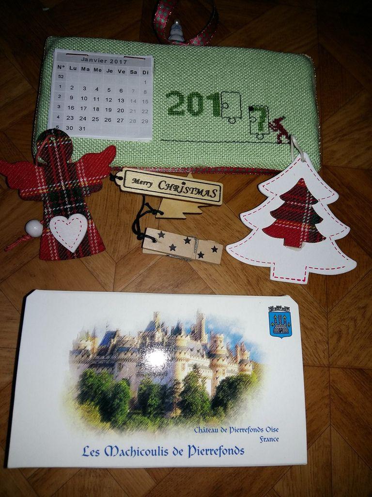 Voici ce que j ai envoyé  à Odile des bonbons les mâchicoulis  spécialité  de Pierrefond (vous vous rapellez le joli chateau) puis je lui ai brodé  un calendrier 2017 grille de missT puis quelques pendouille de Noël